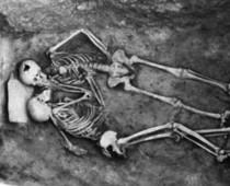 Seriál: Príbehy ikonických fotografií #3 – Bozk starý 2800 rokov