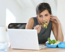 Spravte 2017 rokom, kedy prestanete jesť na pracovnom stole